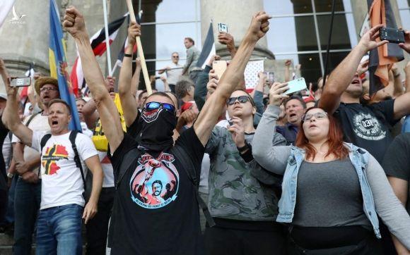 Người biểu tình tập trung trước tòa nhà Reichstag, Berlin, Đức, hôm 29/8 nhằm phản đối biện pháp chống Covid-19 của chính phủ. Ảnh: Reuters.