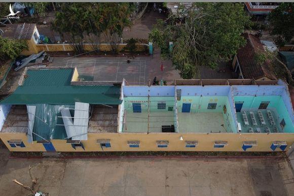 Trường tiểu học Phú Lưu bị tốc mái vẫn chưa được sửa chữa. Ảnh: Võ Thạnh