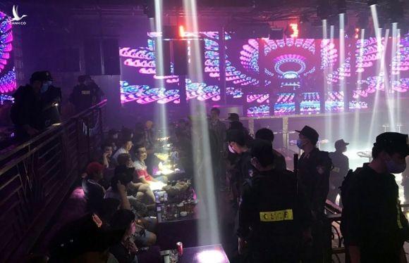 Cảnh sát cơ động ập vào kiểm tra quán bar. Ảnh: An Nam.