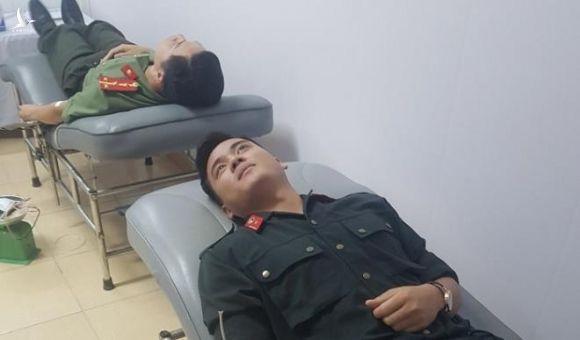 Chiến sĩ công an vượt gần 200km trong mưa lũ hiến máu cực hiếm cứu người - 2