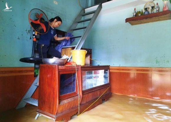 Nước lũ tiếp tục đổ về, người dân rốn lũ H.Đại Lộc (Quảng Nam) dọn đồ chạy lũ /// ẢNH: MẠNH CƯỜNG