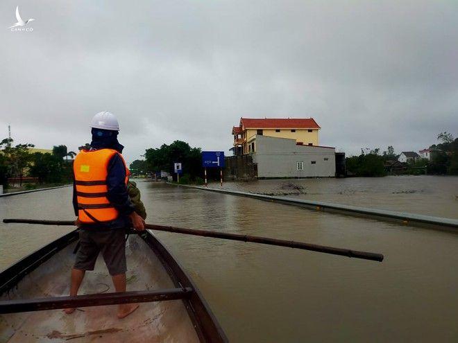 Quảng Bình: Lũ đang dâng vượt mốc lịch sử, hàng nghìn người dân kêu cứu trong đêm - ảnh 3