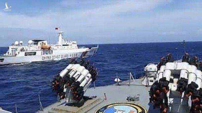 Tàu hộ vệ Tjiptadi của Indonesia chặn tàu hải cảnh của Trung Quốc gần quần đảo Natuna vào tháng 12.2019 /// Ảnh chụp màn hình Tempo