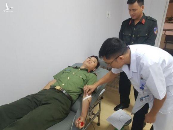 Chiến sĩ công an vượt gần 200km trong mưa lũ hiến máu cực hiếm cứu người - 1