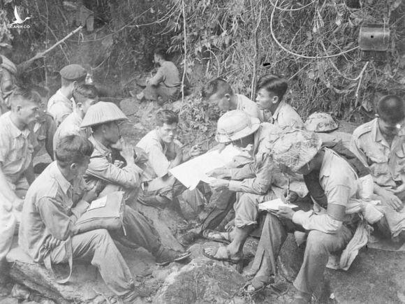 Phút nghỉ ngơi của bộ đội ta giữa hai trận đánh trong Chiến dịch Biên giới 1950. Ảnh: TTXVN
