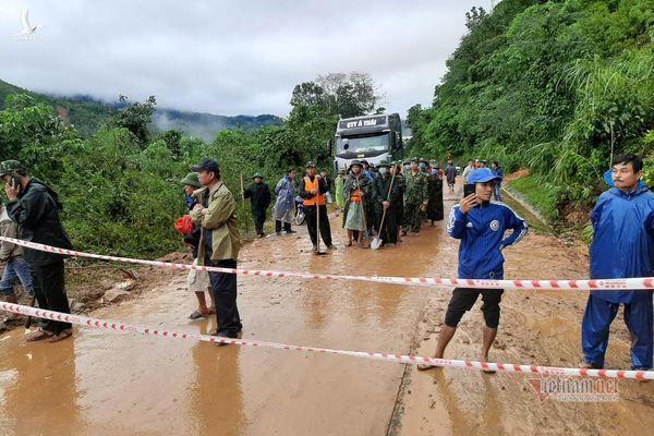 Hiện trường tìm kiếm cứu nạn 22 cán bộ, chiến sỹ bị vùi lấp ở Quảng Trị - Ảnh 17.