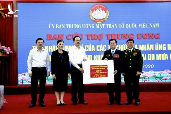 Anh hùng lao động Lê Văn Kiểm và gia đình ủng hộ bà con miền Trung 31,8 tỉ - Ảnh 1.