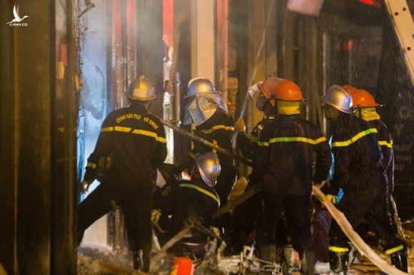 Cứu 5 người kẹt trong cửa hàng kinh doanh gas bị cháy - Ảnh 2.