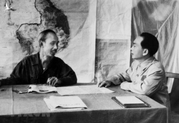 Bác Hồ và Đại tướng Võ Nguyên Giáp bàn phương án tác chiến cho Chiến dịch Biên giới 1950. Ảnh: TTXVN