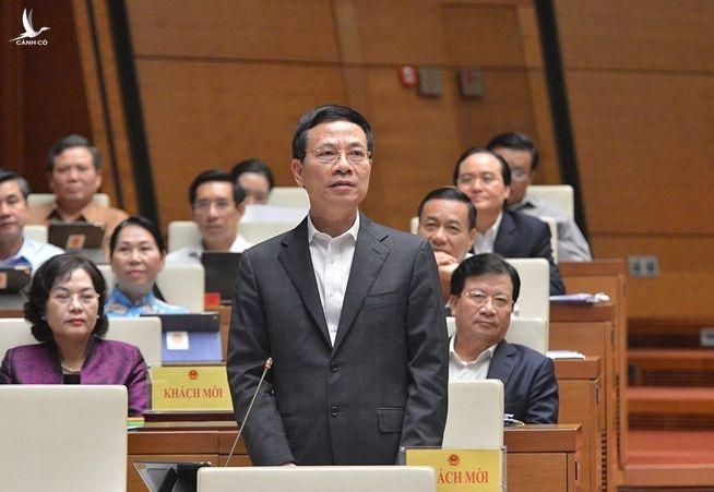 Bộ trưởng Bộ Thông tin và Truyền thông Nguyễn Mạnh Hùng trả lời chất vấn ngày 6/11. Ảnh: Trung tâm báo chí Quốc hội.