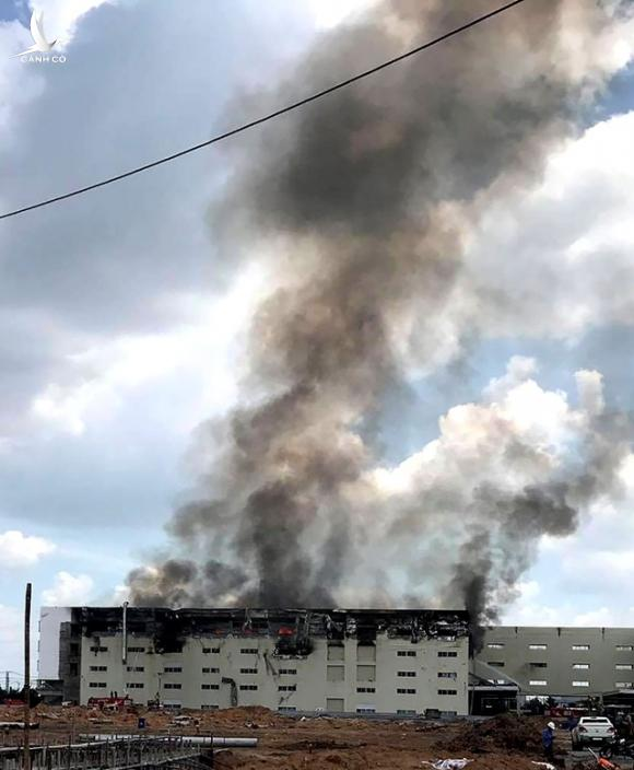 Cháy lớn tại công ty sản xuất ghế sofa, hàng nghìn m2 nhà xưởng đổ sập - 4