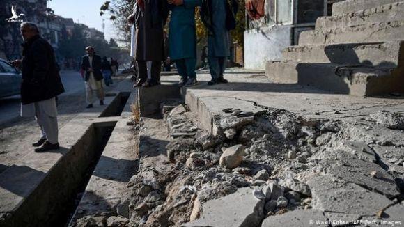 Khu vực đông dân, có các đại sứ quán nước ngoài ở Afghanistan, trúng 23 tên lửa - Ảnh 1.
