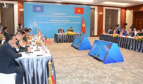 Thượng tướng Hoàng Xuân Chiến, Thứ trưởng Bộ Quốc phòng và ông Kamal Malhotra, Điều phối viên thường trú của Liên Hợp Quốc tại Việt Nam chủ trì hội nghị. Ảnh: Hoàng Thùy