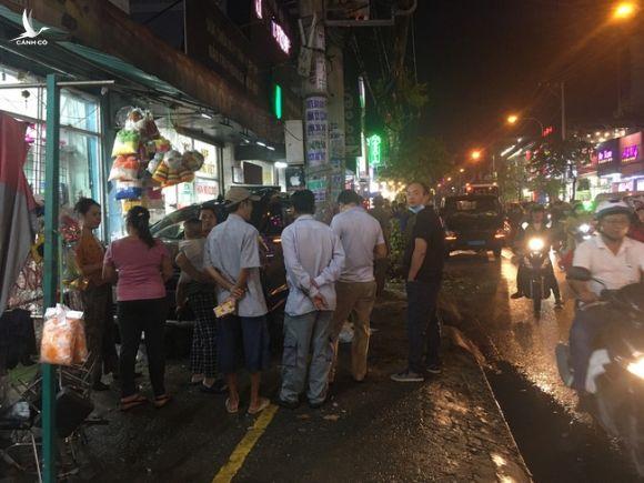 """TPHCM: Ô tô """"điên"""" tông nhiều xe máy trên đường phố rồi lao vào nhà dân, ít nhất 2 người bị thương - Ảnh 2."""