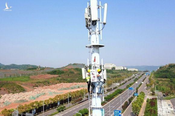 Công nhân làm việc tại một trạm phát sóng 5G ở Trung Quốc. Ảnh: Zuma Press.