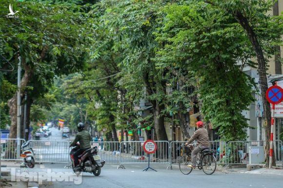 Rào chắn tứ phía cả khu phố Hà Nội vì phát hiện bom chưa nổ - Ảnh 9.