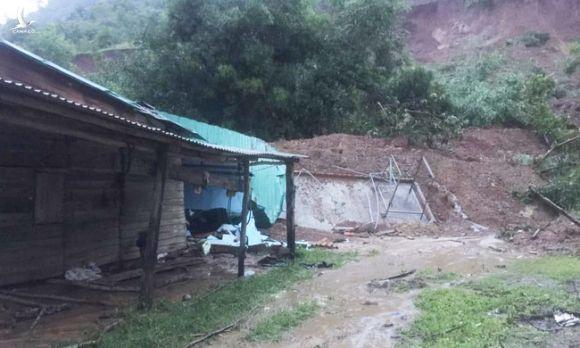 Đắk Lắk: 3 ngôi nhà bị sụp đổ, nhiều nhà bị vùi lấp do mưa lớn - Ảnh 1.