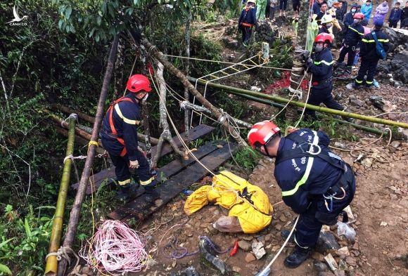 Thi thể nạn nhân được bỏ vào túi nylon mang lên sau 12 ngày mất tích dưới hang sâu 280 m. Ảnh: PC07 cung cấp