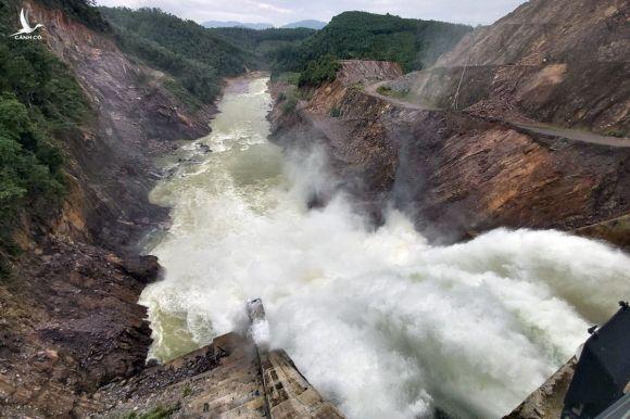 Thuỷ điện Thượng Nhật đã mở 5 cửa van để nước về hạ du. Ảnh: Võ Thạnh.