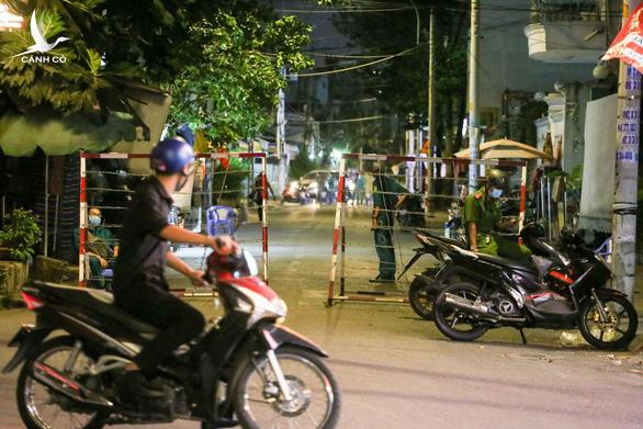 TP.HCM: Tìm thấy người phụ nữ thứ 3 nhập cảnh chui cùng bệnh nhân 1440 ở Tân Phú - Ảnh 1.