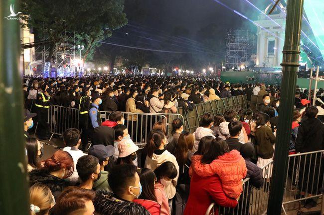 """Hà Nội: Người dân chen lấn """"bẹp ruột"""" ở khu vực hồ Hoàn Kiếm chờ đón năm mới 2021 - Ảnh 4."""