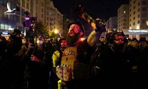 Nhóm người tham gia cuộc biểu tình đêm 12/12. Ảnh: Reuters.