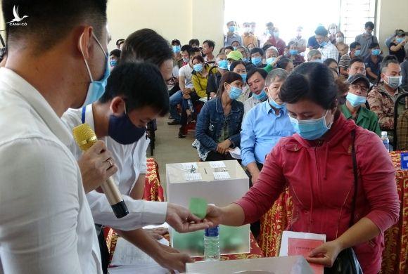 Người dân bốc thăm khu tái định cư sáng nay tại Nhà văn hóa xã Bình Sơn. Ảnh: Thái Hà