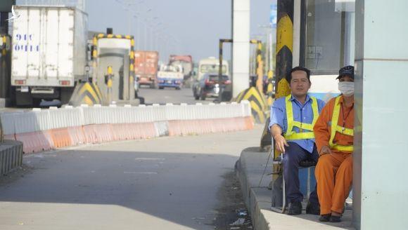 Hai nhân viên túc trực 24/24 trên cao tốc TP HCM - Trung Lương đề phòng xe máy vào cao tốc. Ảnh: Hoàng Nam