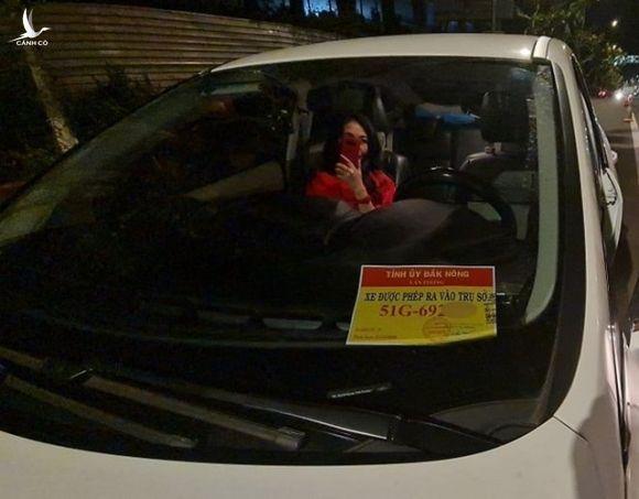 Phù hiệu ra vào tỉnh ủy trên chiếc xe vi phạm là thật hay giả? - 2