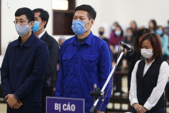 Ông Nguyễn Nhật Cảm (áo xanh) và đồng phạm đứng nghe tuyên án chiều nay. Ảnh: Phạm Dự.