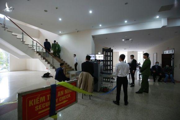 An ninh siết chặt tại phiên xét xử 6 cựu lãnh đạo, cán bộ CDC Hà Nội - ảnh 3