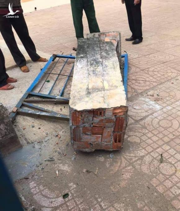 Cổng trường đổ sập chiều nay đè chết học sinh lớp 4 - Ảnh 3.