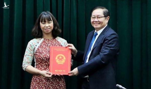 Bà Nguyễn Thị Bích Thủy được Bộ trưởng Lê Vĩnh Tân trao Quyết định bổ nhiệm chức danh Vụ trưởng Kế hoạch-Tài chính sau thi tuyển chiều 22/12. Ảnh: Hiếu Duy