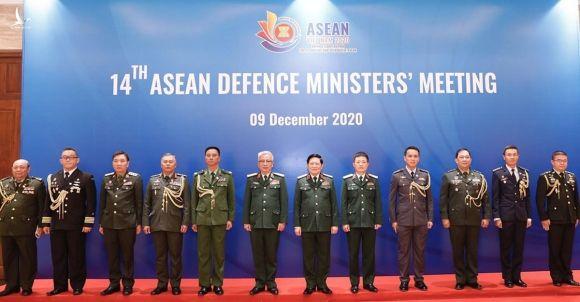 Đại tướng Ngô Xuân Lịch, Ủy viên Bộ Chính trị, Phó bí thư Quân ủy Trung ương, Bộ trưởng Quốc phòng Việt Nam (thứ 7 từ trái qua) cùng Thứ trưởng Nguyễn Chí Vịnh (thứ 6 từ trái qua) và Tuỳ viên Quốc phòng các nước ASEAN tham dự hội nghị. Ảnh: TTXVN