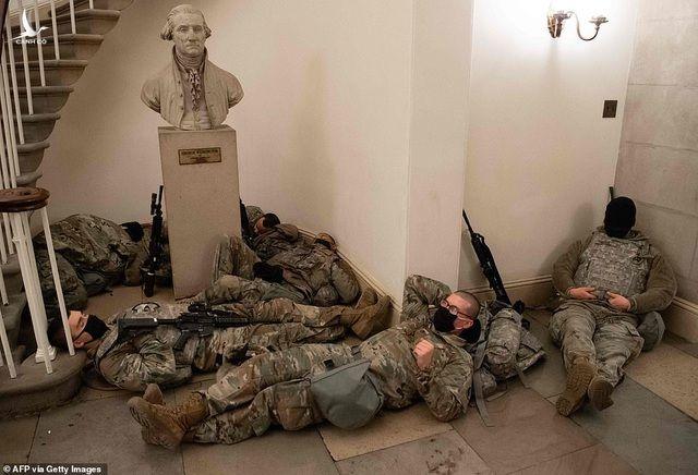 Hàng trăm vệ binh ngủ trên sàn nhà quốc hội Mỹ - 3