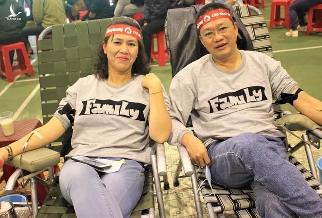 Vợ chồng anh chị Bùi Trọng Hiển - Trần Thị Hồng Phương hiến máu