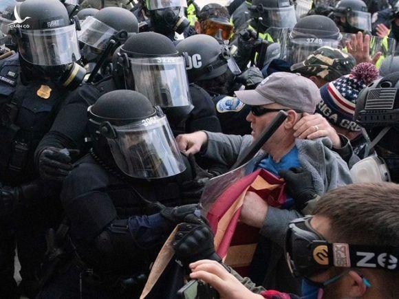 Người biểu tình đụng độ với cảnh sát khi cố gắng xông vào đập phá Điện Capitol hôm 6-1. Ảnh: AP