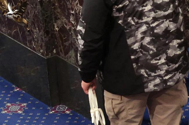 Dây rút nhựa có thể dùng để trói tay chân được đưa vào Điện Capitol. Ảnh: Snopes