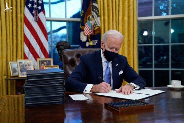 Ngồi vào phòng Bầu dục, Tổng thống Biden ký ngay 15 sắc lệnh - Ảnh 1.