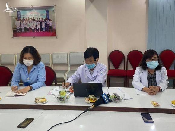Đại diện Bệnh viện phụ sản MêKông trả lời báo chí về việc sản phụ bị 'liệt nửa người' sau khi gây tê /// ẢNH: DUY TÍNH