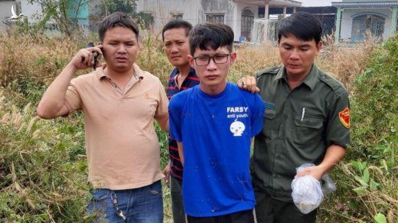 Đối tượng Thắng (áo xanh) bị công an và người dân bắt giữ