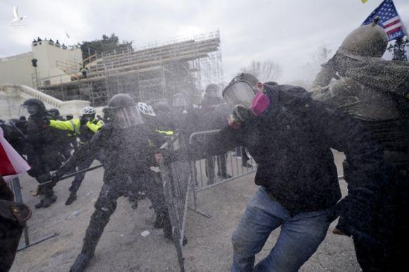 Toàn cảnh bạo động tại Điện Capitol: Sự liều lĩnh của người Mỹ làm chấn động thế giới - Ảnh 8.