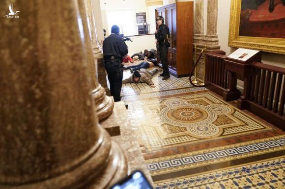 Toàn cảnh bạo động tại Điện Capitol: Sự liều lĩnh của người Mỹ làm chấn động thế giới - Ảnh 17.