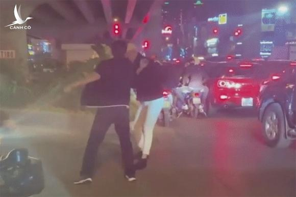 Hình ảnh Long hành hung người đi đường bị quay lại. Ảnh: Cắt từ video.