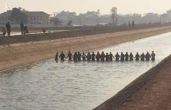 20 người nắm tay dàn hàng ngang kênh lạnh buốt rà từng mét nước tìm bé trai 9 tuổi - Ảnh 1.