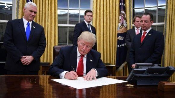Tổng thống Trump trong một lần ký sắc lệnh hành pháp tại Nhà Trắng /// AFP
