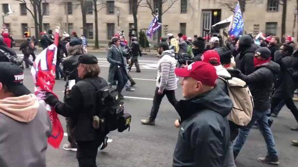 Trump vào xe bọc thép sau tuyên bố dẫn dắt biểu tình