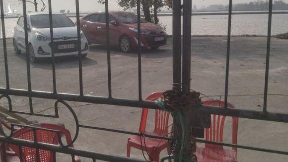2 xe ô tô của cán bộ Trung tâm phát triển quỹ đất H.Thanh Liêm (Hà Nam) bị một số người dân khoá cổng, không cho ra ngoài từ ngày 2.2 đến nay /// ẢNH CTV