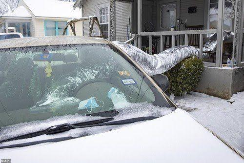 Một hộ dân ở Dallas (bang Texas) bật xe hơi để sưởi ấm. Ảnh: AP