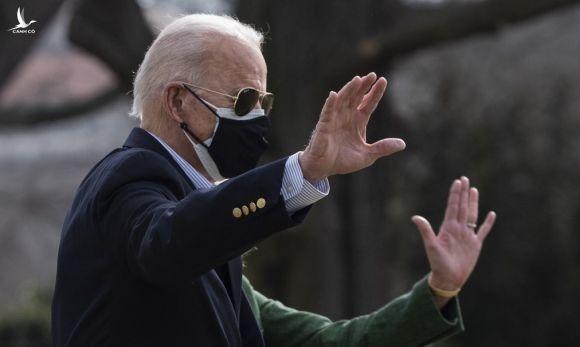 Biden bên ngoài Nhà Trắng hôm 26/2. Ảnh: AFP.